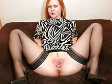 Experienced cougar playing with her titties