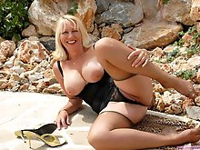 Sensational mature woman showing her sexy body on photo