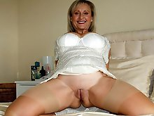 Fascinating mature whore in her solo play